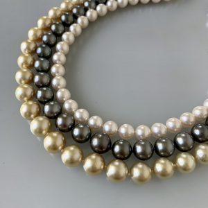 一番上白いアコヤ真珠中央黒い南洋真珠一番下ゴールドの南洋真珠